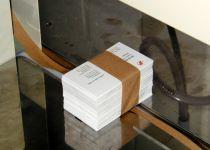 Banderoleren van kleine pakjes, bijvoorbeeld visitekaartjes
