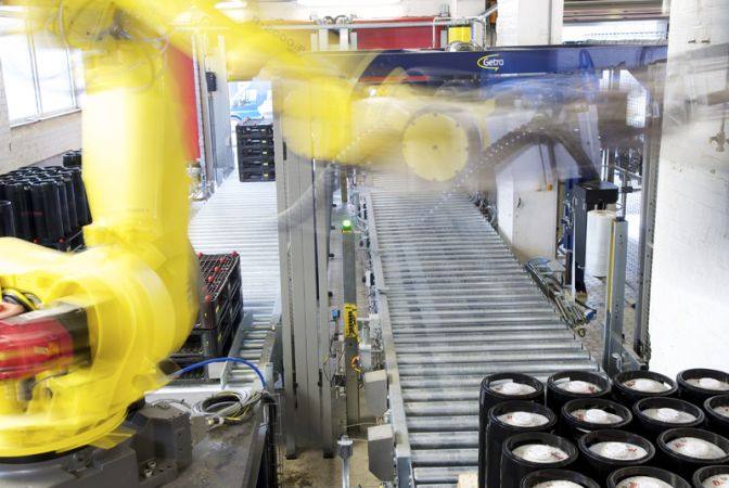 Stapelen van biervaten op palletten