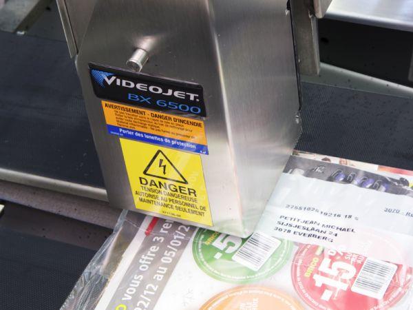 De printkop print  op het passerend product, zonder contact